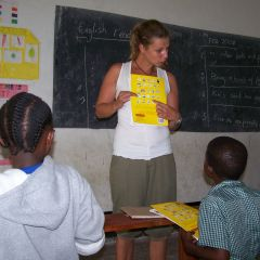 Volunteer teaching at jecaan primary school-dar-photo by moriah arrato gavrish