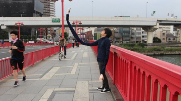 Embarrassed man invents selfie-stick arms Featured Image