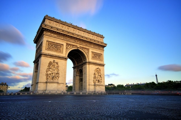 How to See Paris on a Backpacker Budget Featured Image
