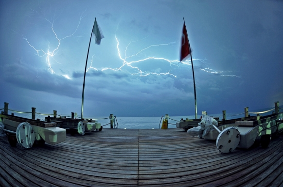 Photographing Lightning Without a Tripod or Wireless Remote Featured Image