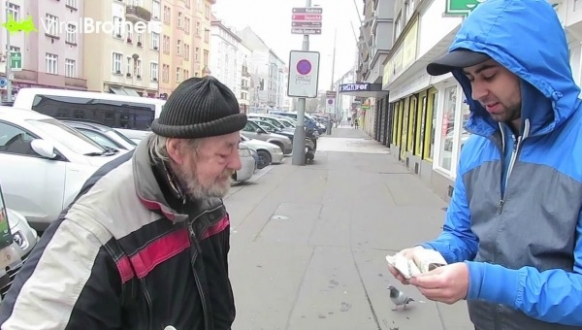 YouTubers give $1000 to homeless man Featured Image