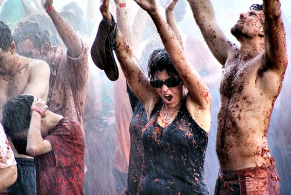 8 Steps to Surviving La Tomatina Featured Image