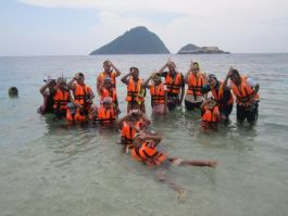 Beach clean at Pulau Rawa with eco snorkel club