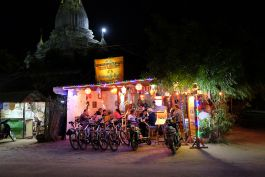 Stray Asia - Bagan - Dinner under the pagoda
